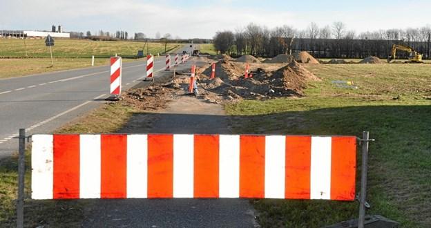 I de sidste par måneder har trafikanter på vejen Hjallerup-Dronninglund ikke kunnet undgå at bemærke et større vejanlægsarbejde umiddelbart øst for Hjallerup Kirke.Foto: Ole Torp
