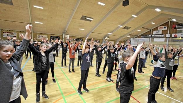 Inden børnene kunne gå i gang med instrumenterne, blev kroppen varmet godt og grundigt op. Foto: Jørgen Ingvardsen Jørgen Ingvardsen