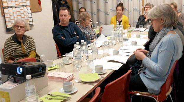 Det er lykkedes på et ældre (og ikke særligt skarpt) foto fra et tidligere møde at finde de to nyvalgte bestyrelsesmedlemmer. Til venstre er det Inge Bisgaard i stribet sweater, og længst til højre er det Vibeke Bisgaard i lyseblå trøje. Privatfoto privatfoto