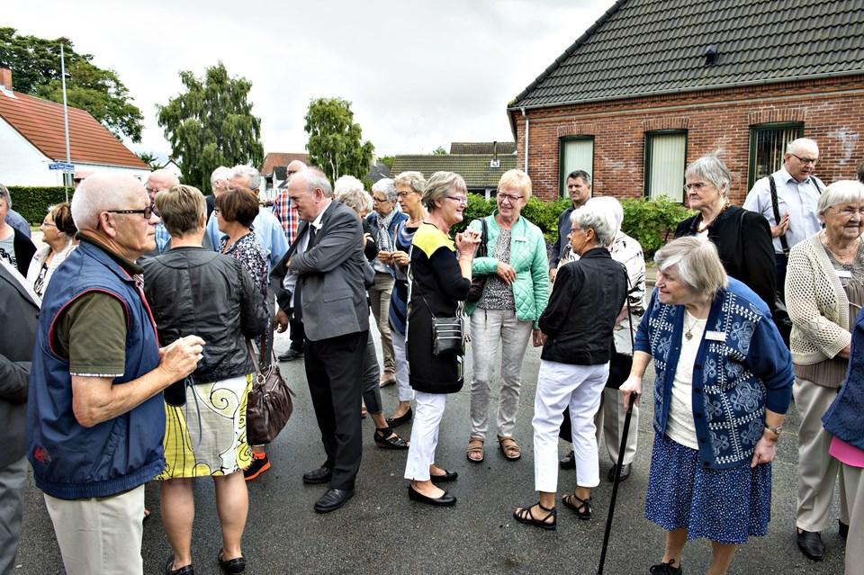 """Snakken gik lystigt udenfor Sterup Forsamlingshus, hvor de tidligere elever fra byens skole var forsamlet til """"Den store skolefest""""."""