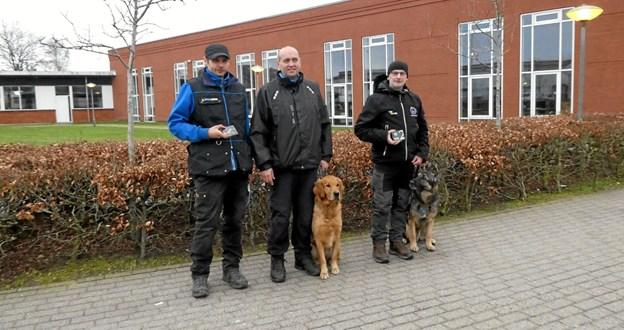 De tre bedst placerede i A-klassen. Fra venstre er det: Steffen Olsen (Helsingør) m. Debbi (nr. 3), Søren Ladefoged (Hjørring) m. Buddy (nr. 1) og Gert Christensen (Svenstrup) m. Kenzo (nr. 2).Foto: Ole Torp