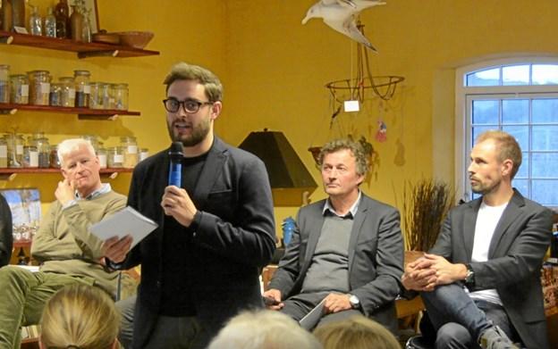 DR-journalist Dan Grønbech styrede på fordragelig vis debatten i Rebildcentret. Privatfoto