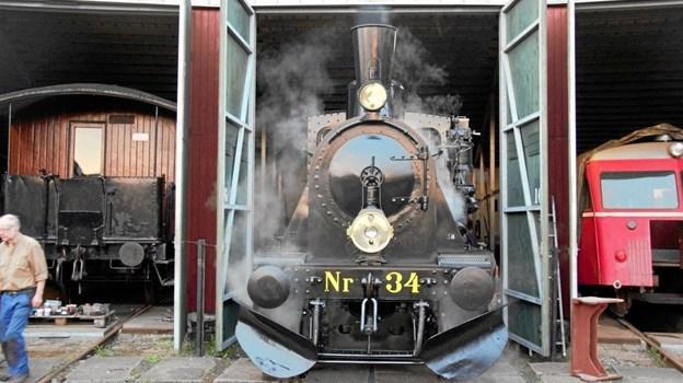 Damplokomotiv Nr. 34 oser langt væk af stålhård og rendyrket power, og porten er nu slået op på vid gab, så skinnernes konge kan slippes løs på skinnenettet. Arkivfoto: Limfjordsbanen
