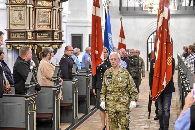 Kristian Kusk, aktiv i hjemmeværnet i over 60 år, førte faneoptoget an. Foto: Ole Iversen
