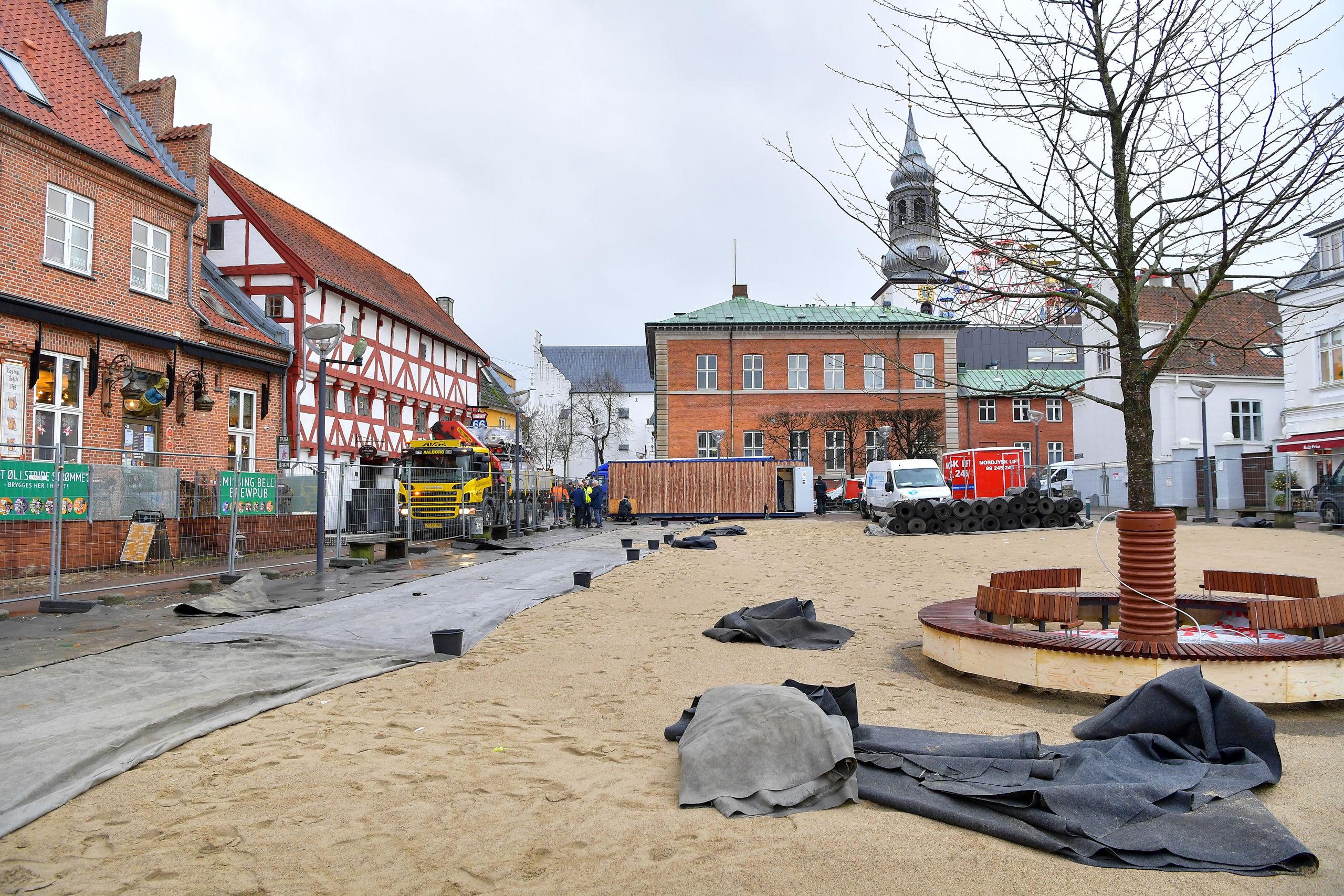 Det kan måske være svært at se det for sig, når man kigger på dette foto, men den lidt uoverskuelige byggeplads bliver om føje tid forvandlet til Danmarks - måske - flotteste skøjtebane, og den ligger såmænd på C. W. Obels Plads i Aalborg. Foto: Jesper Thomasen