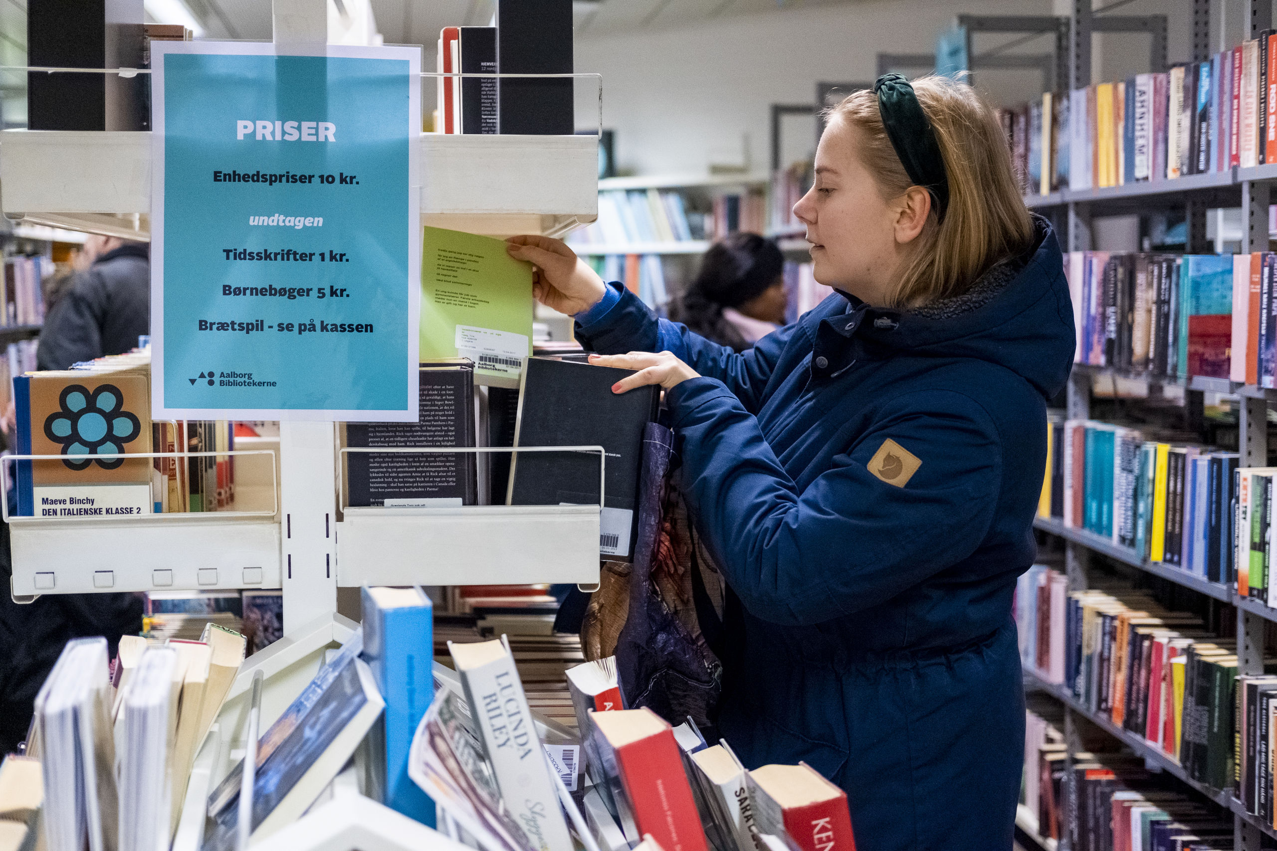 Bøger og musik sælges til en enhedspris på 10 kr. - børnebøger dog kun det halve. Foto: Lasse Sand