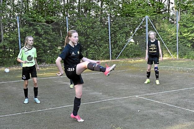 """Et andet sted blev der trænet """"fodbold-tennis"""". En god øvelse til at styrkel af boldteknikken.Foto: Ole Iversen"""