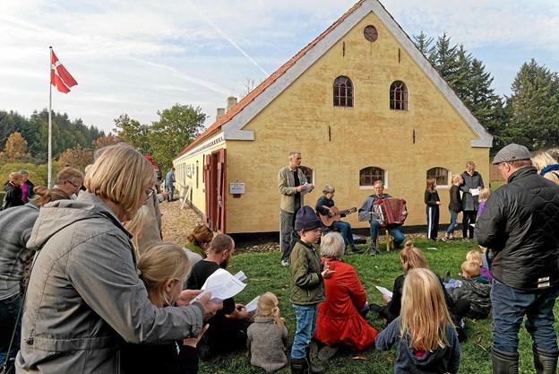 Eftermiddagen blev indledt med fællessang ved Husmandsstedet. Foto: Niels Helver