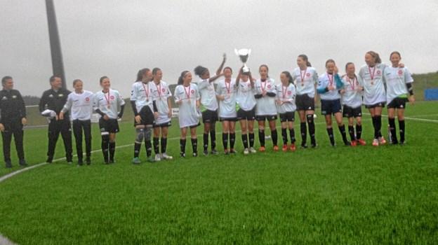 Der var naturligvis mesterskabstrøjer, pokal og medaljer til de dygtige piger fra Thy. Privatfoto Ole Iversen