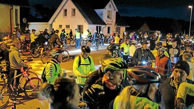 Godt der ikke er meget kørende trafik på den tid af natten, for krydset i Mosbjerg var godt fyldt med cyklister og løbere på vej til Frederikshavn. Foto: Niels Helver Niels Helver