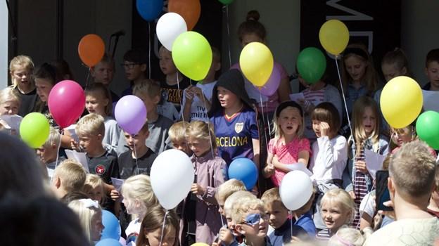 SFO-børn i munter sang inden ballonerne steg til vejrs. Foto: Carsten Hougaard
