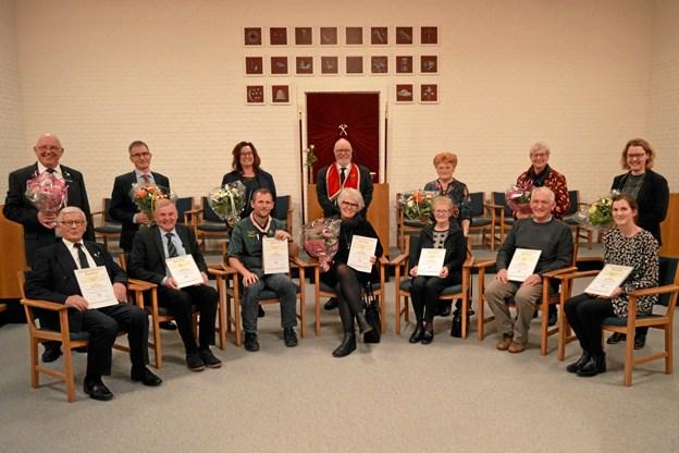 De syv modtagere af donation fra mindefonden og medlemmer af logen.   Privatfoto