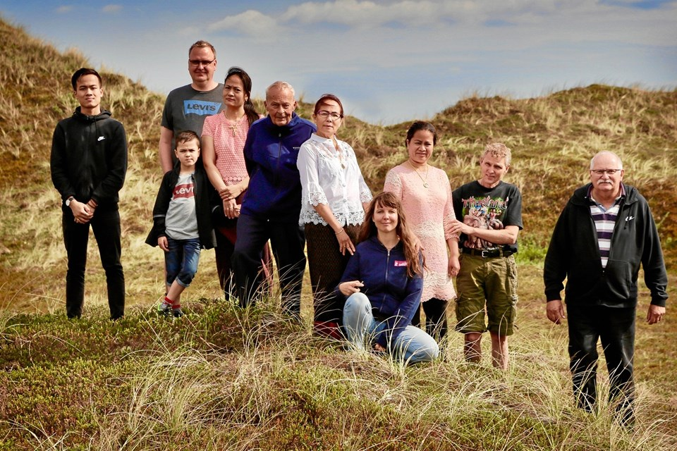 """De medvirkende i """"Hjertelandet"""" sammen med antropolog Sine Plambech (siddende forrest). Foto: Christian Vium"""