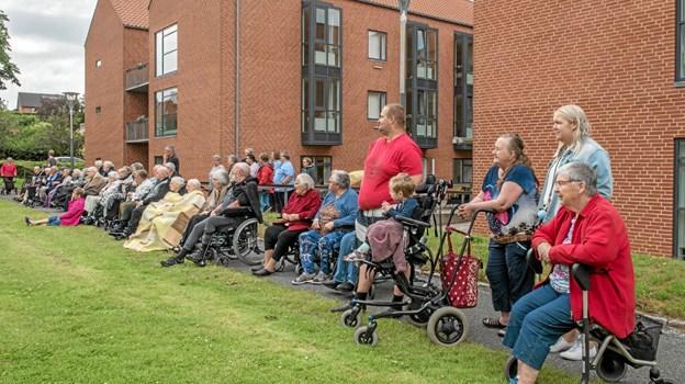 Både beboere, Bøgely's venner og personale, nød opvisningen på plænen foran plejecentret. Foto: Mogens Lynge Mogens Lynge