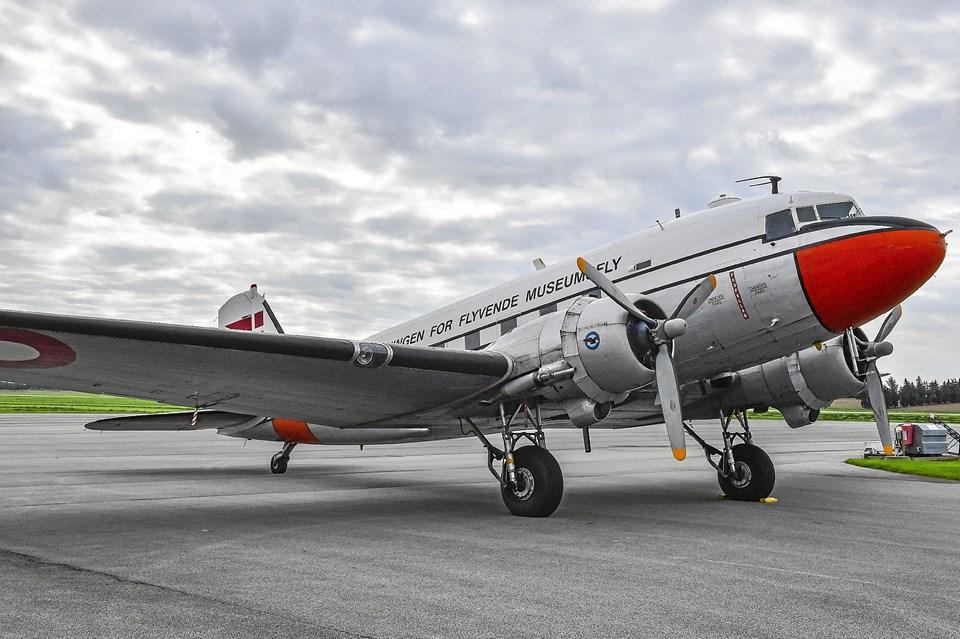 OY-BPB holdt parkeret i Tved, mens medlemmerne af DC 3s Venner var på bunkersbesøg. Foto: Ole Iversen