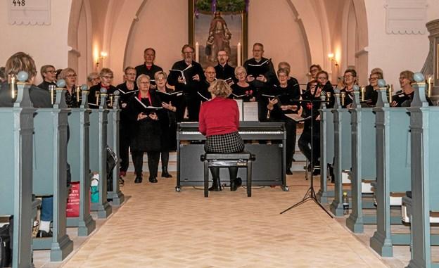 Alsidig og dejlig korsang i Overlade Kirke, da Farsø Koret var på besøg. Korleder Kirsten Svensmark med ryggen til. Foto: Mogens Lynge