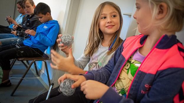 Regnen strømmede pludselig ned, og så fik børnene en opgave med at gøre en rulle ståltråd til kunst. Martin Damgård