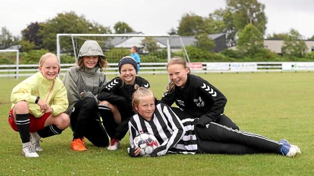 Pigerne var i undertal på fodboldskolen. Freja (t.v.), Ellen, Julie, Sally (t.h.) og Sophie (liggende) havde det alligevel rigtig sjovt. Foto: Allan Mortensen Allan Mortensen