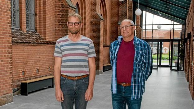 Her ses den afgående pr-medarbejder Jens Chr. Møller sammen med kordegn Kristian Haldrup i foyeren i Løgstør Sognehus. Foto: Mogens Lynge