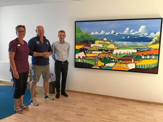 Her ses fra venstre Birgitte Nielsen, Claus Andersen og Steen Karlsen ved afsløringen af værket. Maleriet er titelsat Udsigt med skyer.