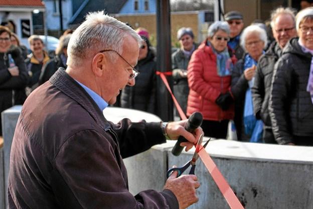 Formanden for teknik & miljø i Thisted Kommune, Esben Oddershede klipper her det røde bånd, og pladsen er indviet. Foto: Hans B. Henriksen Hans B. Henriksen