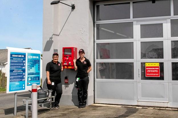 Storemanager Lotte Imer og Malene Holst foran den gamle vaskehal på Circle K. Foto: Tex