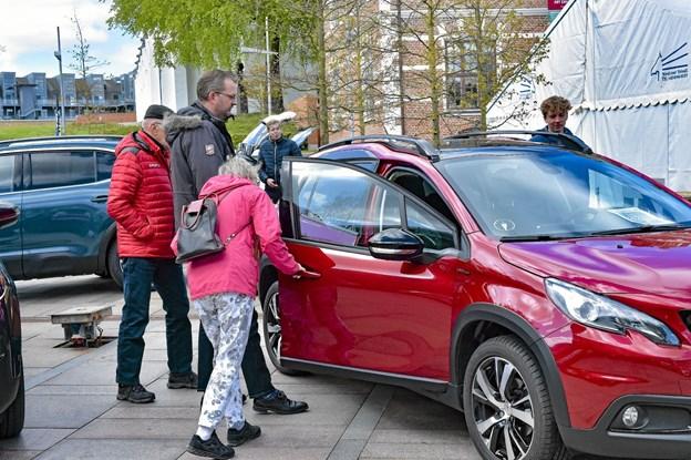 Lørdagen var bildag på Storetorv, hvor de nye bilmodeller blev taget i øjesyn. Foto: Ole Iversen