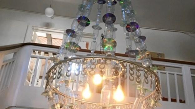 En lyskrone af genbrugsmaterialer pryder nu hallen på Hobro Friskole, som i år fejrer 30 års fødselsdag. Privatfoto