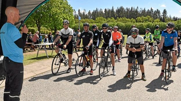 Initiativtager til Bøgstedløbet Jakob Køster instruerer de mange cykelryttere om bl.a. færdselsreglerne, inden de sendes ud på 35 km ruten. Foto: Niels Helver Niels Helver