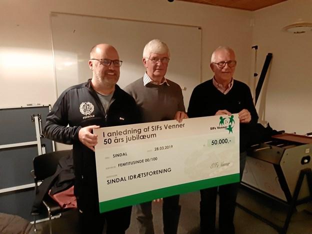 På billedet modtager Steffen H. Jessen og Jens Ole Jørgensen gavechecken fra Erik Blok, formand for SIFs Venner (i midten).
