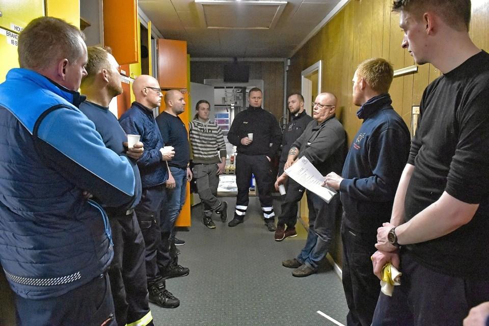Henrik Gade Jespersen (med papir) briefer folkene, hvoraf seks er på brandvagt. Ole Iversen