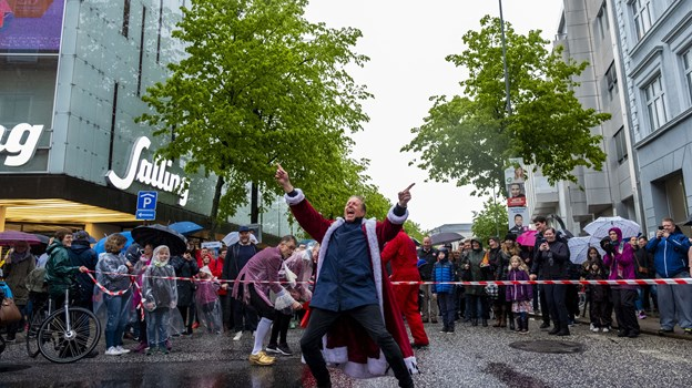 Der var mødt mange op for at hilse på årets karnevalskonge. Foto: Lasse Sand