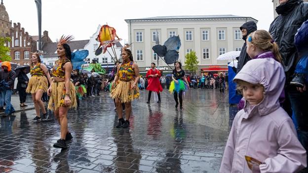 Mange trodsede kulden og regnen og mødte op for at se optoget. Foto: Lasse Sand