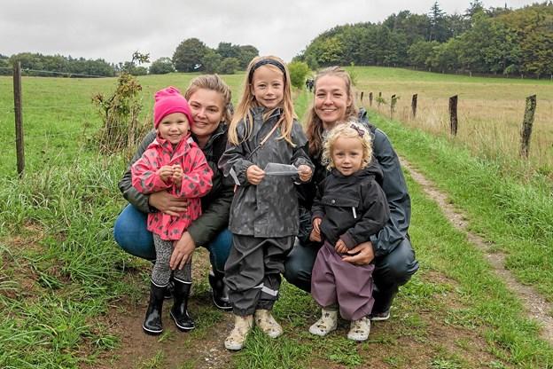 Børnene Agnete, Ofelia og Lucia har fået deres mødre Tanya og Vibeke med til Naturens Dag, og de deltog i insektsafarien.   Foto: Niels Helver