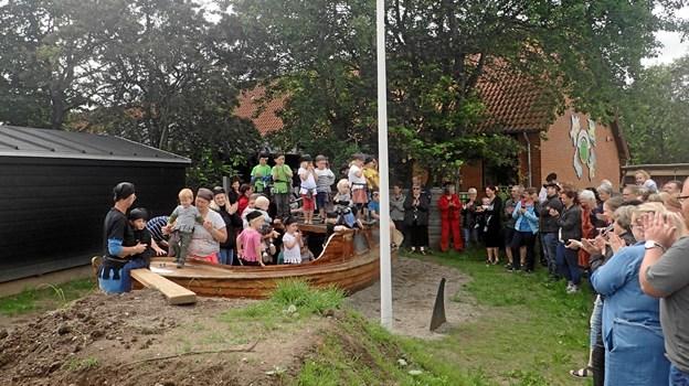 Piraterne indviede Ørding Børnehus' nye, fine træbåd.Foto: Privat