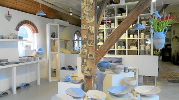 Det smukke lyse keramik i den gamle lade. Foto: Kirsten Olsen Kirsten Olsen