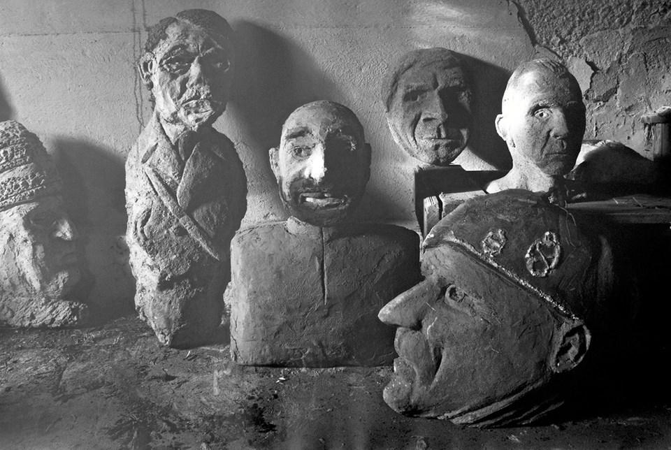 Kælderen under Laiers privatbolig på Håndværkervej er stopfyldt med skulpturer - fortrinsvis i form af hoveder forestillende kendte personer. Privatfoto privatfoto
