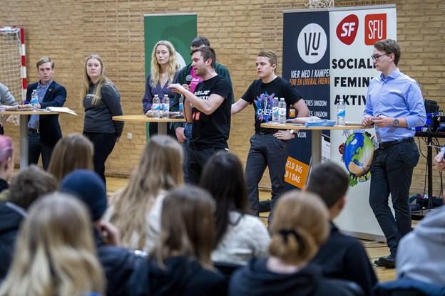 Otte ungdomspolitikere var med i paneldebatten på Skolegades Skole forud for skolevalget 31. januar.Foto: Lars Pauli