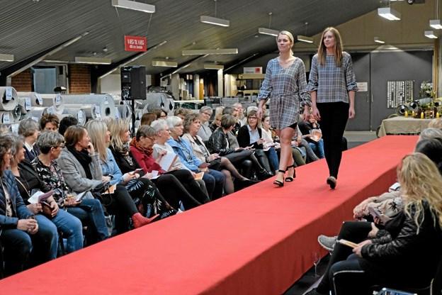 Chanette og Nicole med tøj der matcher til en lun forårsaften. Foto: Niels Helver Niels Helver