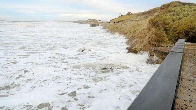 Det så igen dramatisk ud ved Redningshuset under stormen 1. nytårsdag, og nedkørslen fra Ndr. Strandvej er væk. Foto: Kirsten Olsen