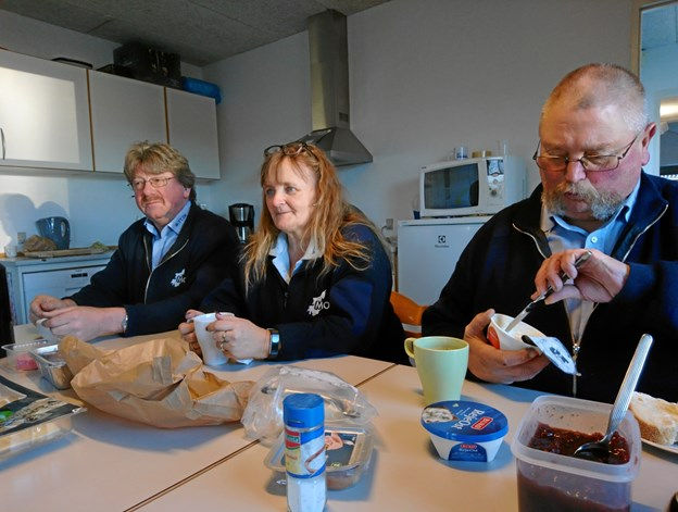 Uden mad og drikke... Der er efter flytningen blevet mere plads til kaffepauserne. Her sidder Leif Andersen sammen med de to chauffører Britta Larsen og Kristian Thisted.