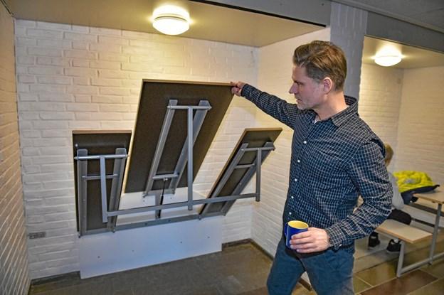 Seks sammenklappelige bord/bænke kan benyttes i frikvarter og til gruppearbejde og her demonstreret af skoleleder Nils Cassøe Jepsen. Ole Iversen
