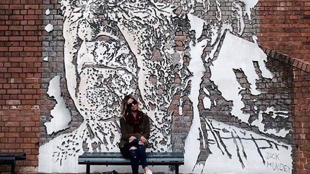Kæmpenavnet Vhils fra Portugal har længe været på galleriet ønskeliste. Nu kommer han med sin særprægede teknik, hvor han hugger motiv ud i en pudset væg. Foto: Kirk Gallery