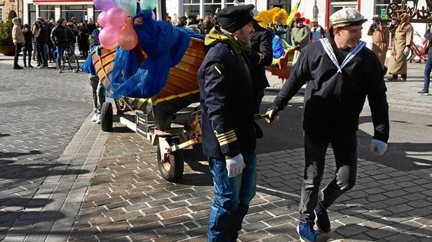 Det er en mangeårig tradition, at karnevalsvognen bliver trukket gennem byens gader. Arkivfoto: Claus Søndberg