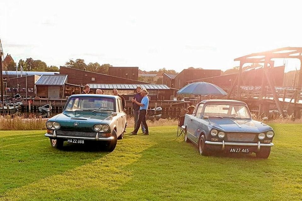 Flere end 50 gamle Triumph biler kører igennem Sæby for at gøre pitstop på havnen, inden de kører O-løb i Sæbys kønne opland. Foto: privat privat