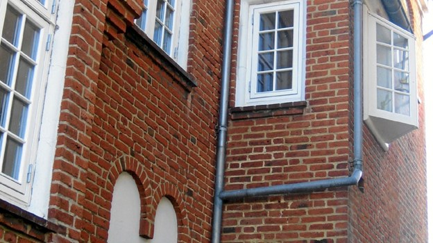 Plesners arkitektur rummer et væld af raffinerede detaljer. Stå stille, slap af og kig op, f.eks. når du er ved Sparekassen Vendsyssel. LOKALHISTORISK ARKIV SKAGEN