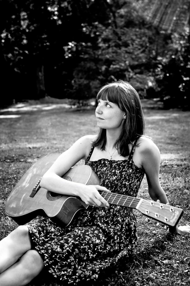 Konservatoriestuderende Camilla Overgaard Rasmussen - her med guitar - komponerer og akkompagnerer på klaver til julespillet. Pr-foto