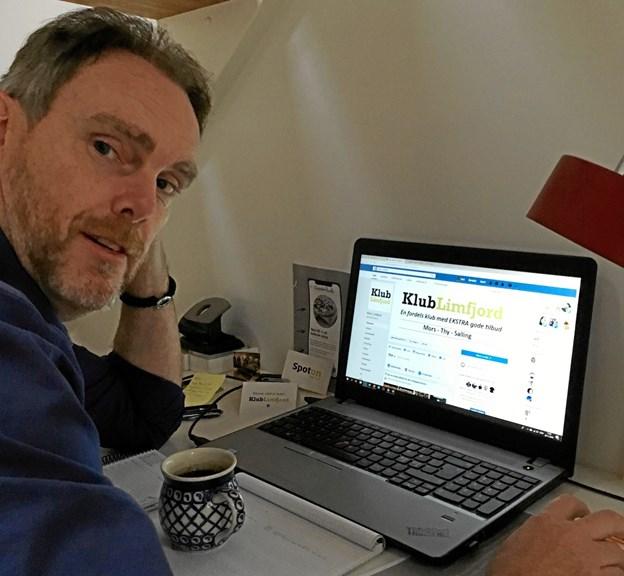 Gert Walther foran computeren, hvorfra han styrer Klub Limfjord. Privatfoto.