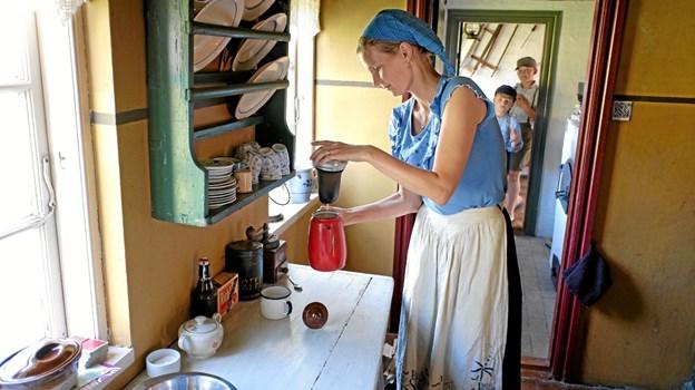 Tinna Gaden laver kaffe til gæsterne. Foto: Niels Helver Niels Helver