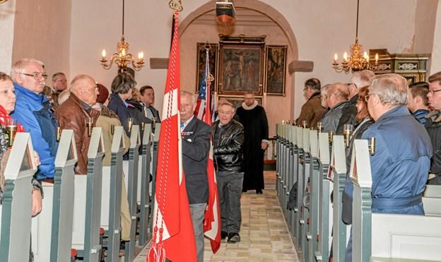 Sognepræst Torben Hahr stod for mindehøjtideligheden i Næsborg Kirke, hvor også fanerne var repræsenteret. Foto: Mogens Lynge